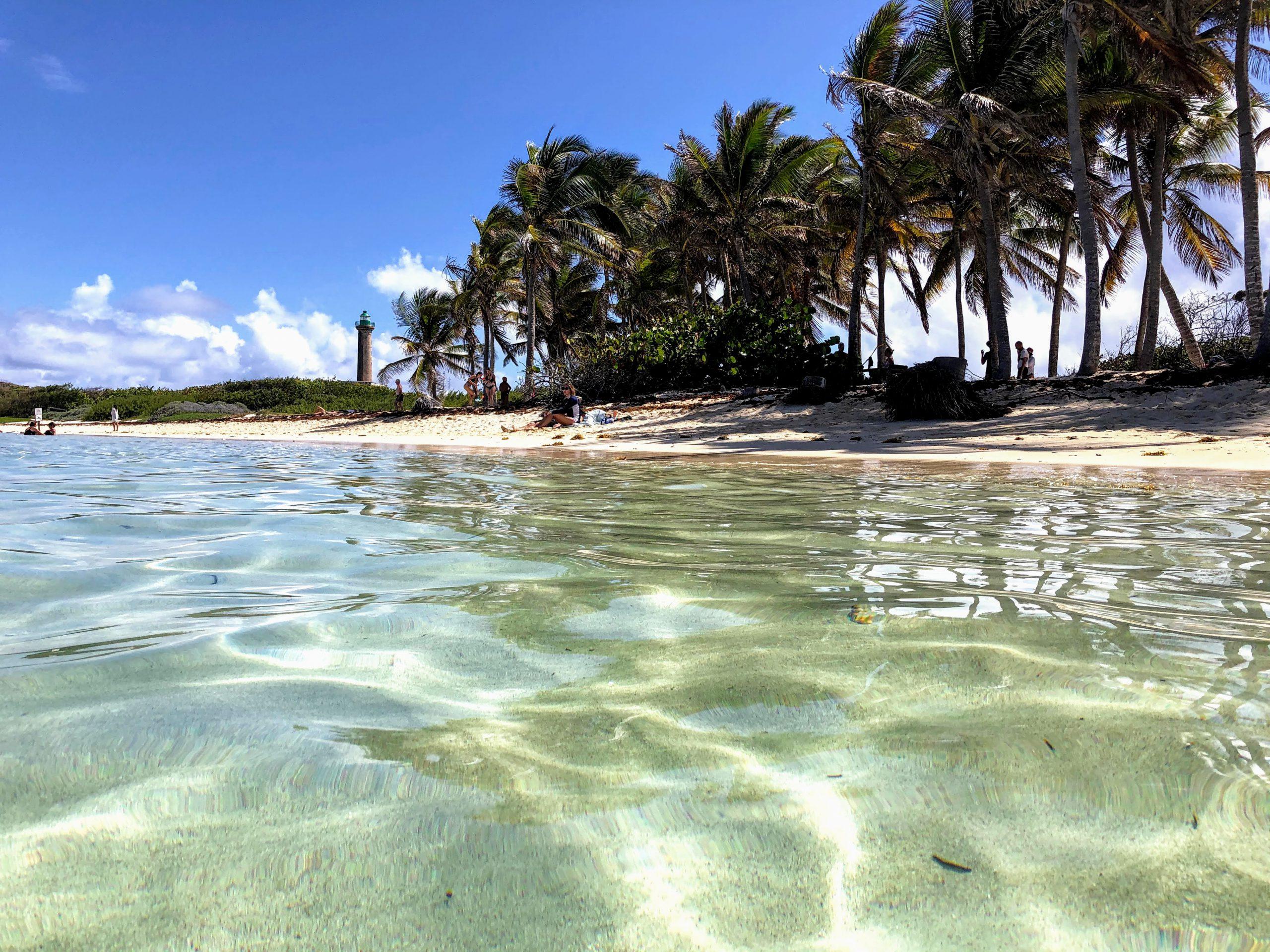 Petite-Terre, son lagon, sa plage, sa cocoteraie, son phare, sa réserve naturelle (crédit WebAndSea.net)